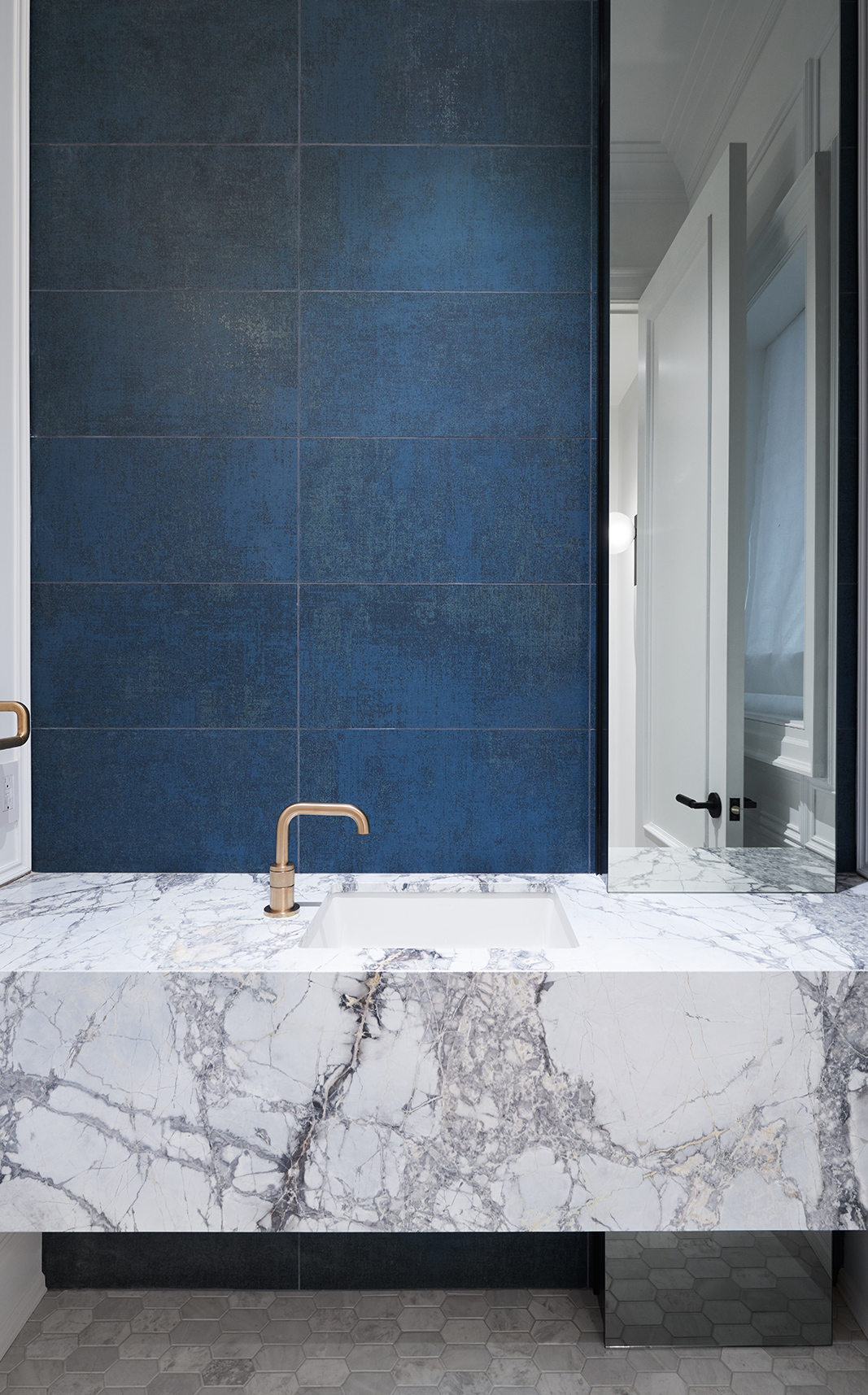 9-Wolfe_ID_Portfolio_Yorkville_Mansion_Marble_Counter_Washroom